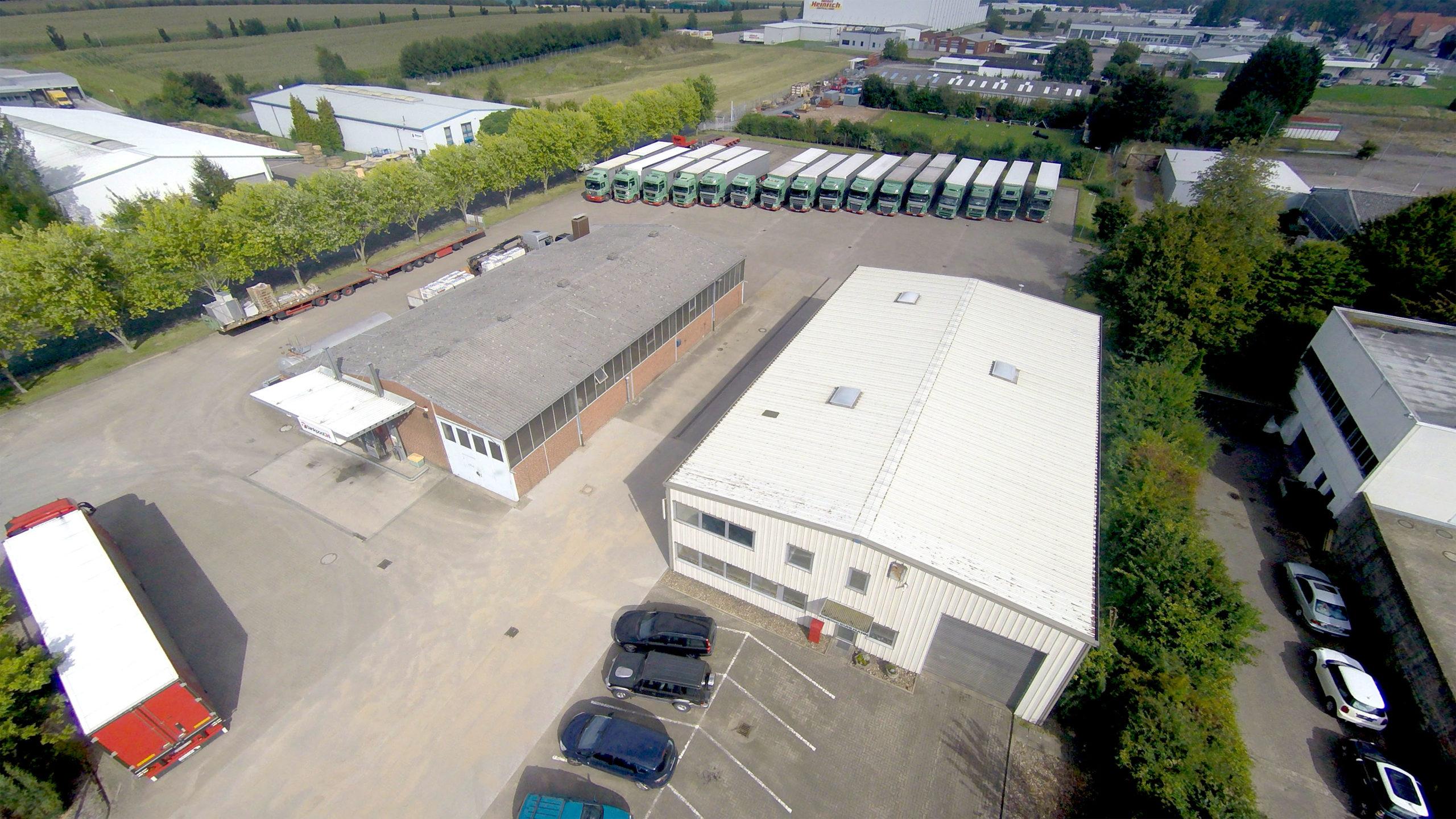 Mit einer Lagerfläche von ca. 1.500 m² und einer umzäunten Außenfläche von ca. 2.000 m² bieten wir Ihnen in Stadthagen eine Lagerfläche mit umfassenden Möglichkeiten.